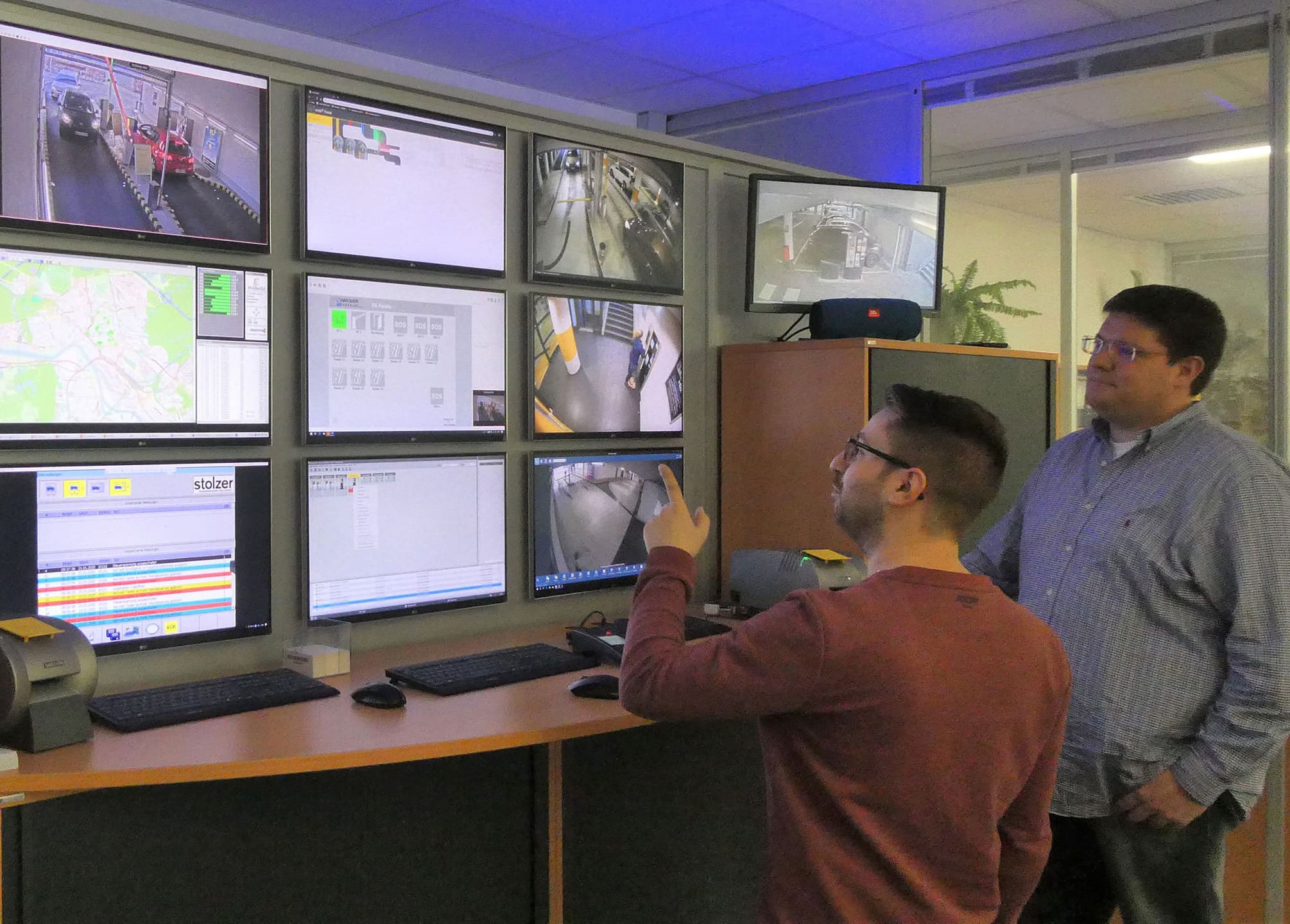 Die Fotos zeigen in der Leitzentrale deren Mitarbeiter Calogero La Marca und Andreas Herchenröther (rechts) vor den Kontrollmonitoren